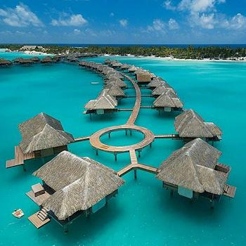 Бора-Бора расположен в изумительно красивой лагуне, отороченной рифами и россыпью маленьких необитаемых островков моту, украшен тремя пиками вулканического происхождения. Известность этому острову принесли превосходные курорты с чертами полинезийских деревушек.