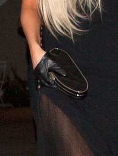 Короткие перчатки и клатч добавили образу Леди ГаГа (Lady GaGa) гламура