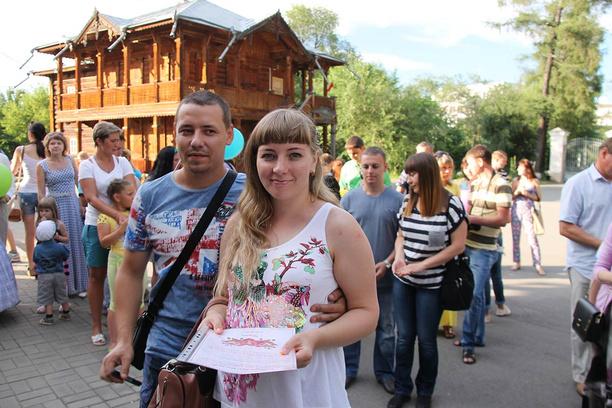 Иркутск. Усадьба Сукачева. Посадка роз на аллее семьи