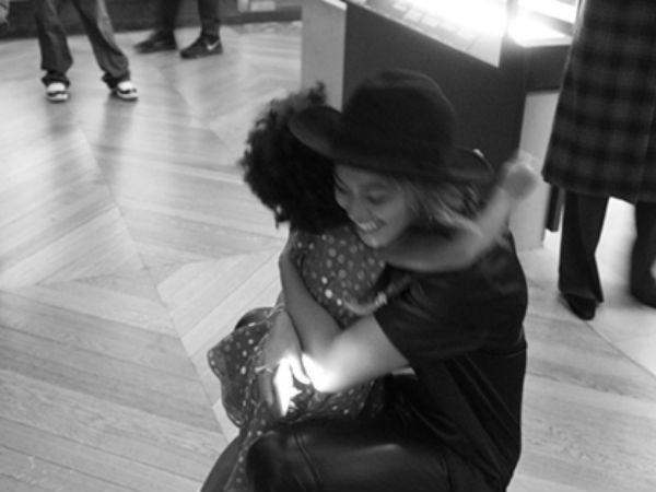 Бейонсе в музее обнимает свою дочь Блю