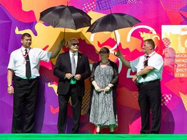 Чета Михалковых встречает гостей церемонии закрытия ММКФ