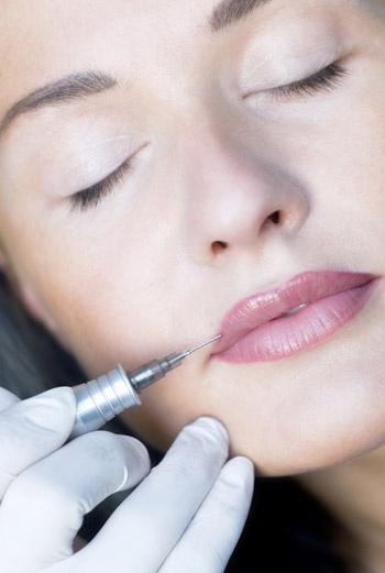 После процедуры наносите на губы гигиеническую помаду, она избавит от сухости и огрубения кожи.