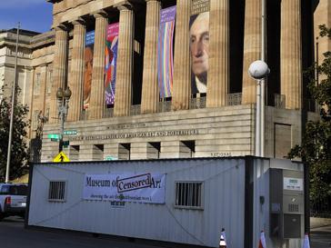 На передвижном музее написано: «Показываем то, что галерея показывать не желает»