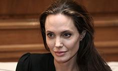Джоли обессилела и с трудом держится на ногах