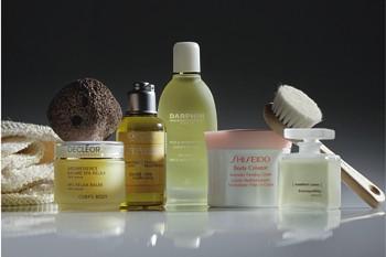 Расслабляющий бальзам для тела Spa Relax Balm, Decléor; тонизирующее масло для ванн и массажа L'Occitane с эфирными маслами мяты, сосны и розмарина; масло для ванн Darphin c шалфеем, розмарином, перцем и лимоном; ароматический крем для тела Body Creator, Shiseido, с маслом грейпфрута; расслабляющее масло Tranquillity Blend, Comfort Zone