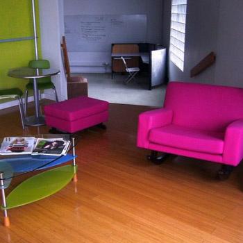 Яркие цвета мебели, ламинированный пол – обстановка почти как дома.