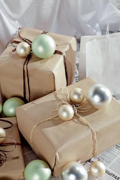 Идея №17. Елочные шары вместо бантов. Чтобы придать подарочной упаковке более праздничный вид, можно дополнить ее различными тематическими аксессуарами: елочными украшениями, веточкой сосны или коричной палочкой. Шар стеклянный 50-80 руб./шт., «Экспресс-Букет».