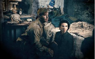Красноармеец (Петр Федоров) защищает Родину в лице безвестной девушки (Мария Смольникова) из одного безвестного разрушенного дома.