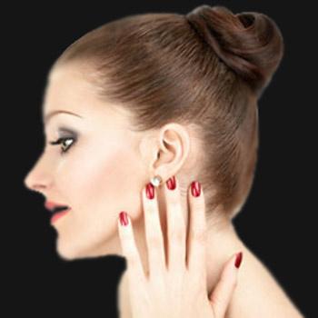 Пригладьте волосы влажными руками и спрысните лаком. Так вы закрепите гладкую прическу.