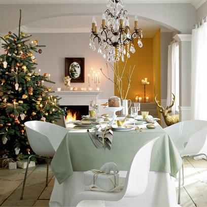 Стилистику интерьера можно назвать классической: белые стены и арочные проемы с лепными карнизами и бордюрами, каминный портал строгой формы, массивная доска на полу