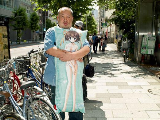 Ниисан развлекает Нему-тян, как живую - по выходным они ходят в караоке, на танцы и фотографируются на память (наверное, чтобы было что показать внукам).