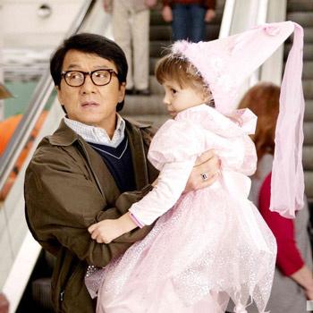 У мастера восточных единоборств Джеки Чана наступил в карьере тот переломный момент, когда сниматься в крутых боевиках он уже не может из-за возраста. Но китайский актер не расстраивается и экспериментирует с комедийными образами.