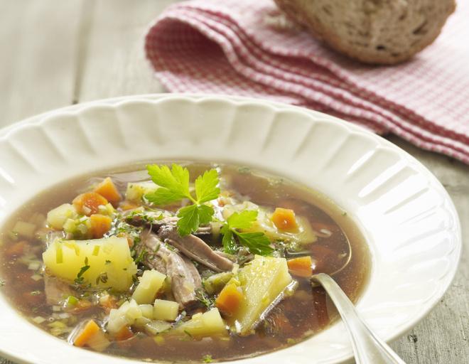 Картофель — 1 килограмм, тушенка — 1 штука, луковица — 1 штука, морковь — 1 штука, вода — 2,5 литра, соль — 1 ст.