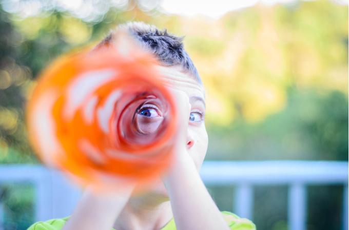 Девушка, смотрящая в «подзорную» трубу