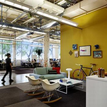 Все предметы интерьера имеют однотонный, но яркий оттенок. Поэтому несмотря на обилие красок, в офисе не создается впечатление пестроты.