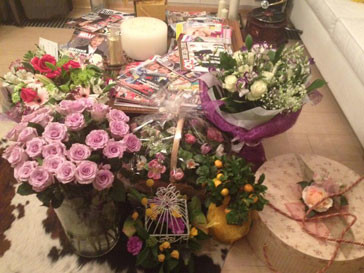 Яне Рудковской прислали несколько пышных букетов цветов к 8 Марта