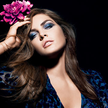 Модель Хилари Рода с макияжем Blue Dahlia.