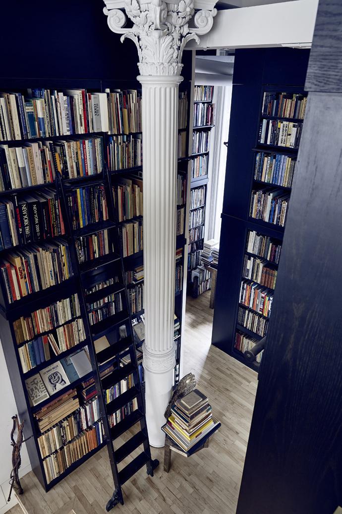Библиотека. Стеллажи изготовлены по эскизам архитектора Эрика Теофиля. Стул Coral Throne, дизайн Мишель Оки Донер, бронза, 1990.