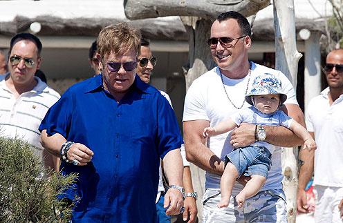 Элтон Джон (Elton John) и Дэвид Ферниш (David Furnish) с сыном