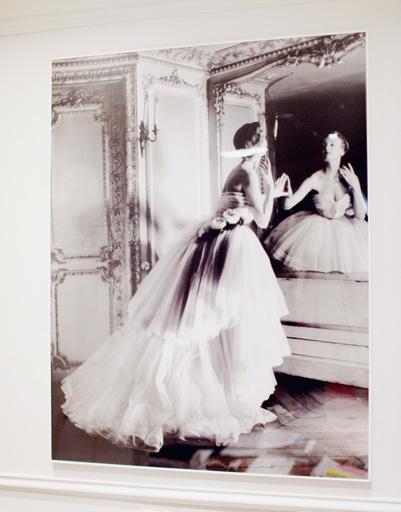Стены салона Dior украшают фотографии ранних работ Dior