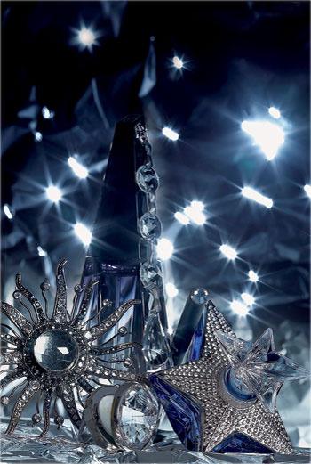 По часовой стрелке: парфюмированная вода Ange ou Démon, Givenchy; карандаш для век Phyto-Khol Star, Deep Silver, Sisley; экстракт духов La Part des Anges, Angel, Thierry Mugler; блеск для губ Precious Carat, Diamond Splendor, Lancôme; брошь Giorgio Armani