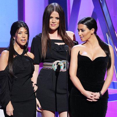 Слева направо: сестры Кортни, Хлое и Ким Кардашиан.