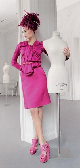 Платье из шелкового крепа, шляпа из соломы, кожаные туфли, все — Dior by John Galliano.