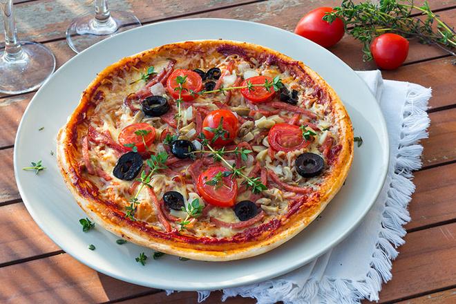 Пицца с помидорами черри