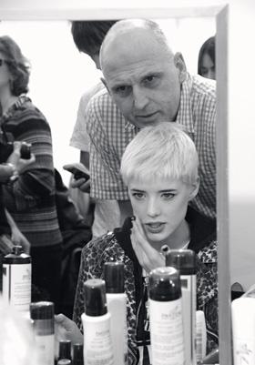 ЕГО РУК ДЕЛО Год назад Сэм укоротил волосы начинающей модели Агнесс Дейн. Благодаря графичной стрижке британка произвела настоящий фурор в fashion-мире. Ныне Дейн сетует на десятки коллег, копирующих ее стиль.