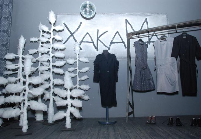 Центральное место студии Макашовой и Хакамады – интересная экспозиция из моделей новой коллекции и созданных специально для шоу-рума елок.
