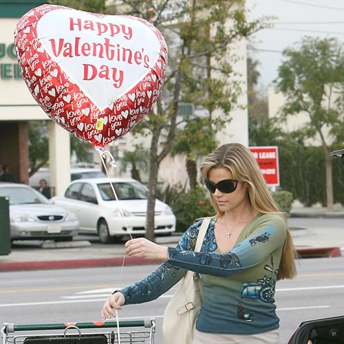 На прошлый День влюбленных Дениз Ричардс осталась одна, но не унывала и поздравила себя сама (14 февраля 2008 года)