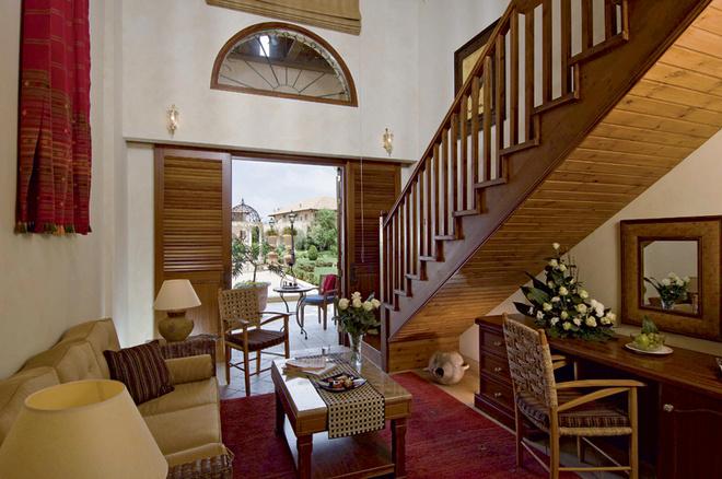 Двухэтажные студии, как и стандартные номера, оформлены уютно, с традиционными ковриками, деревянными жалюзи и ротанговой мебелью.