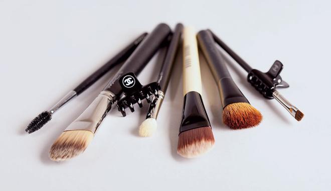 Слева направо кисти для макияжа: Chanel, MAC 190 и 217, Bobbi Brown Foundation, Giorgio Armani, MAC 266.