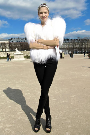 Настоящий ангел: белый пушистый полушубок, ободок, напоминающий нимб, стройная фигура, подчеркнутая облегающими брюками. На Парижской неделе моды собираются только самые стильные особы.