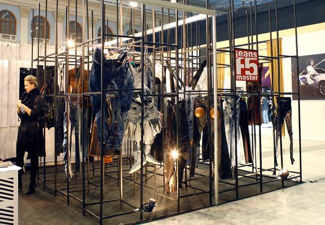 Стенд F5 и все модели джинсов, которые представили дизайнеры на показе.