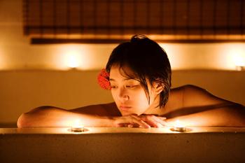 Такой антураж создаст романтический настрой и буквально пронижет вашу спальню эротизмом
