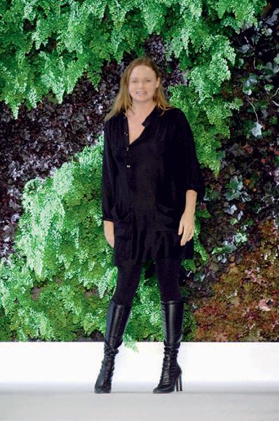 Стелла Маккартни на фоне «вертикальной растительной стены».