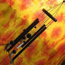 Воздушный колокольчик с перьями.