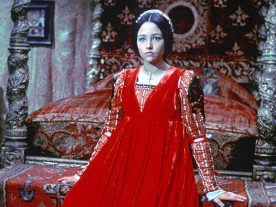 Оливия Хасси в роли Джульетты.