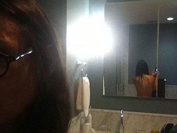 Деми Мур (Demi Moore) выложила в интернет фото топлес