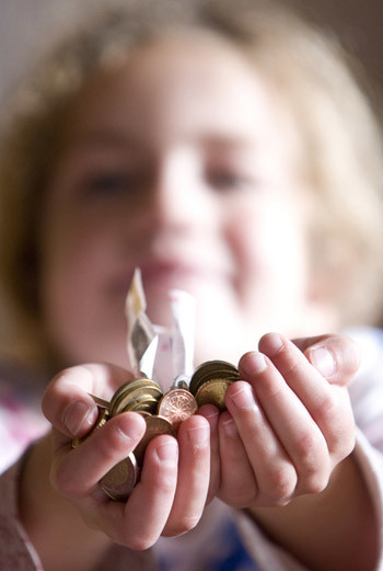 Чтобы научить его осознанно расставаться с деньгами, планируя семейную покупку, попросите поучаствовать финансово. Даже мелочь, которую ребенок самостоятельно вложит в общую сумму, создаст у него ощущение важности его участия.