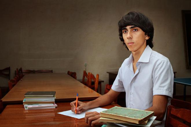 Кондратьев в Армавире вручил учителю года ключи от квартиры