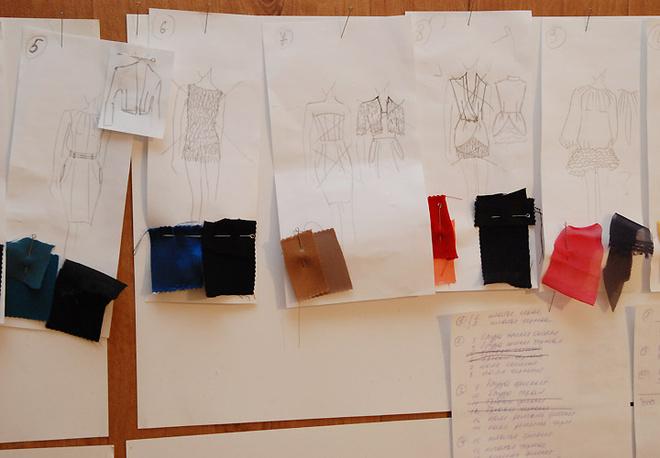 В основе коллекции весна/лето-2010 Марины Ример лежат ткани цвета угля, лососевого и коричневых оттенков.