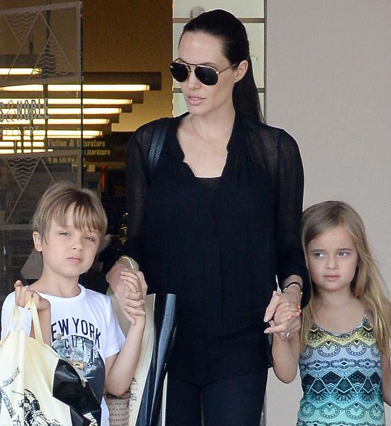 Дети Анджелины Джоли и Брэда Питта много читают