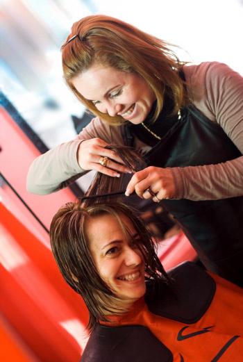 Больше половины своего заработка парикмахерам приходится отдавать владельцу салона - за аренду помещения и электричество.