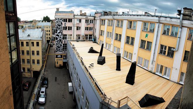 Слово loft означает «чердак», переоборудованный под жилье или арт-пространство из заброшенного промышленного здания.