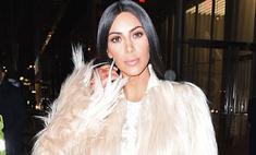 Ким Кардашьян надела некрасивое белье под «голое» платье
