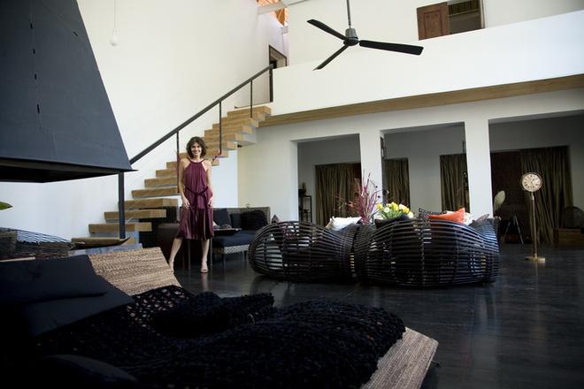 По словам Оксаны, она любит воздух, черный цвет и металл. В гостиной все это есть