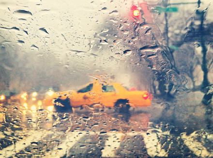 Желтое такси под дождем