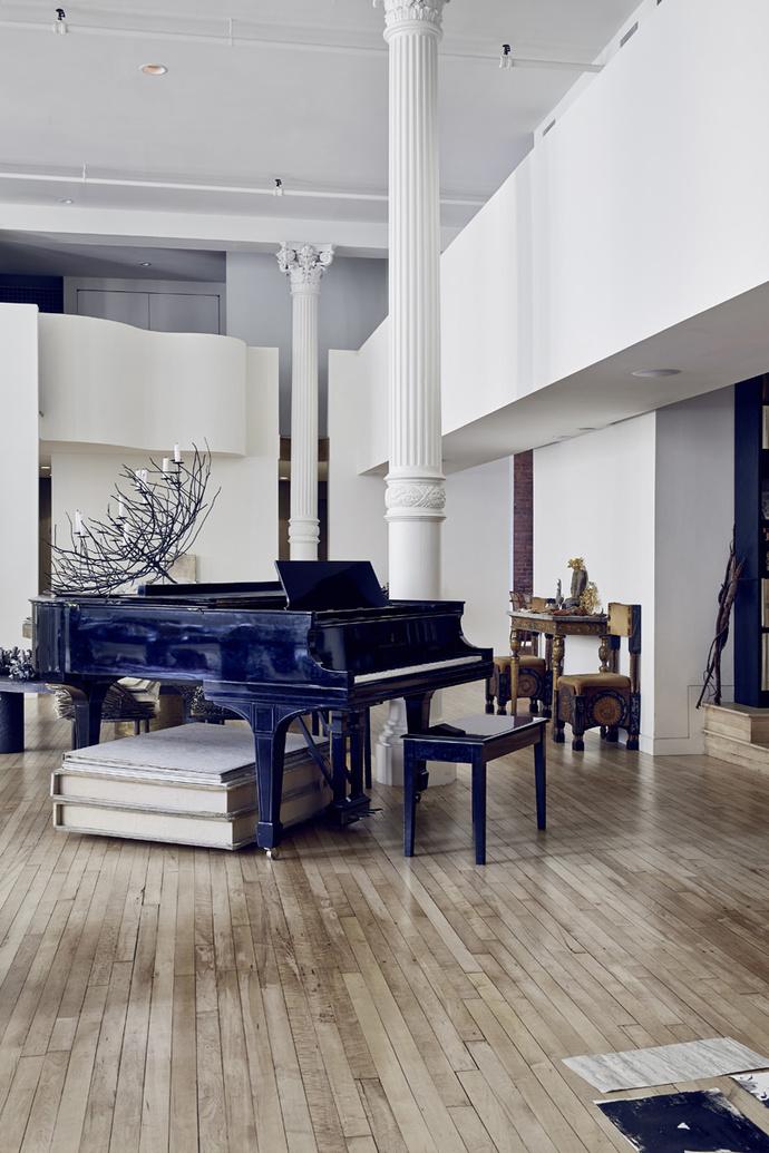 Гостиная. Рояль Steinway, 1919 год. У стены — столик, 1740 год, и стулья работы Карло Бугатти.